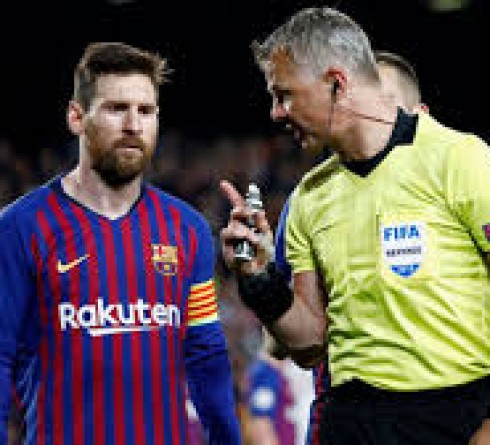 """在欧足联最新的幕后纪录片中,梅西被欧冠裁判要求""""表现出一些尊重"""""""
