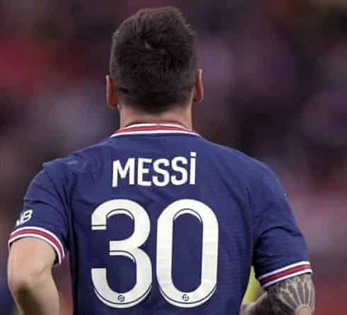 梅西看着巴黎圣日耳曼击败克莱蒙特保持完美记录